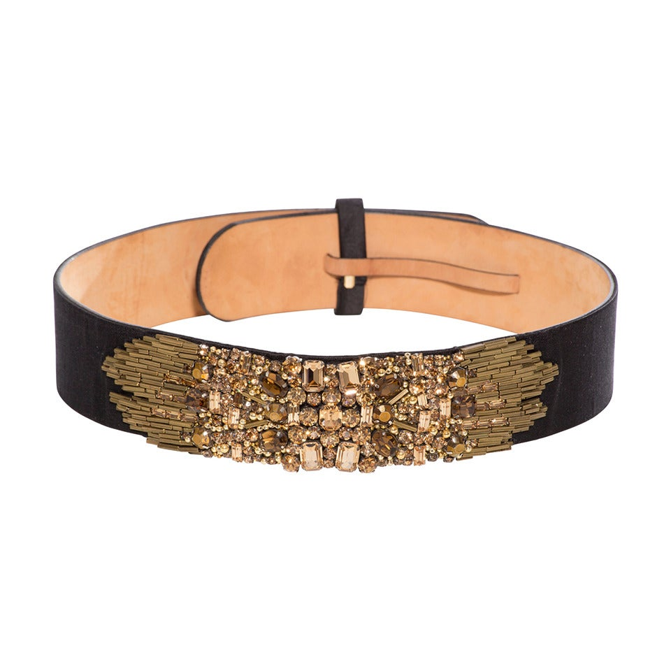 Channel some baroque trend into your wardrobe and get sexy waist-cinching definition with this chunky embellished belt. Featuring silver and gold tone metalwork with hanging pearlescent beads, this will really make a statement!