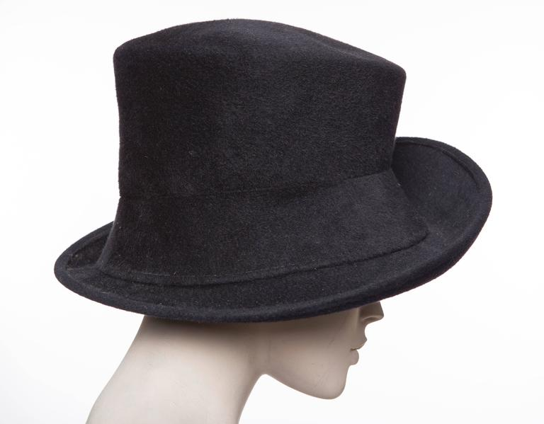 Philip Treacy Navy Blue Wool Felt Hat In Excellent Condition For Sale In Cincinnati, OH