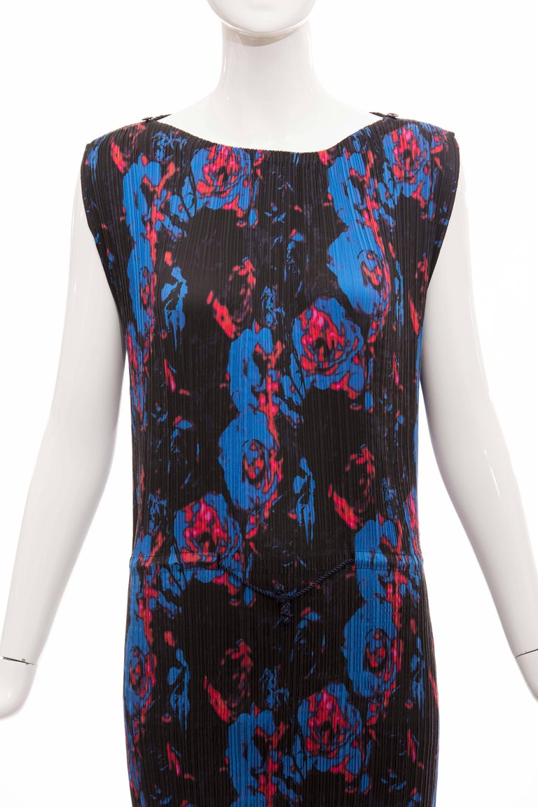 Issey Miyake Sleeveless Navy Blue Printed Silk Pleated Dress, Spring 2007 For Sale 1