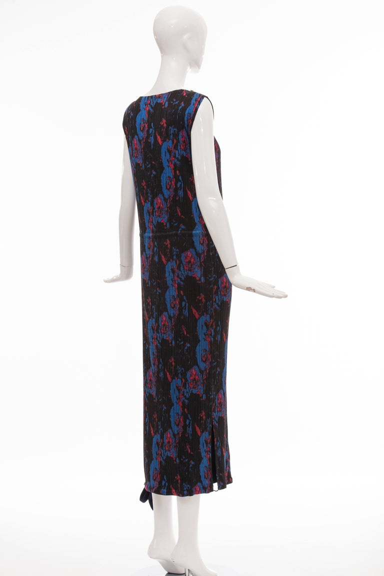 Issey Miyake Sleeveless Navy Blue Printed Silk Pleated Dress, Spring 2007 For Sale 2