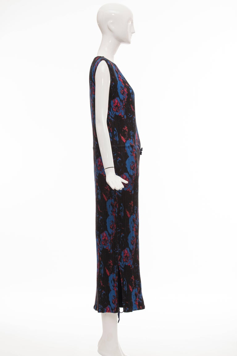 Issey Miyake Sleeveless Navy Blue Printed Silk Pleated Dress, Spring 2007 For Sale 3