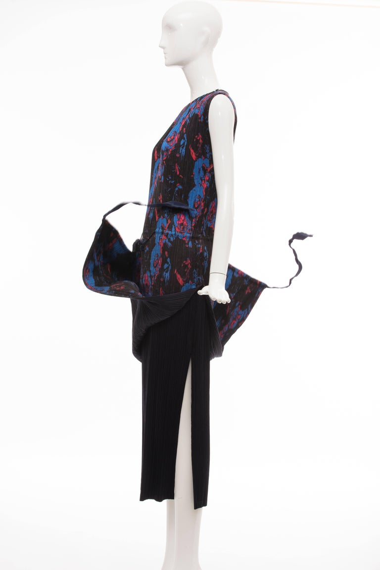 Issey Miyake Sleeveless Navy Blue Printed Silk Pleated Dress, Spring 2007 For Sale 4
