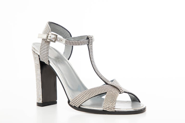 Tom Ford For Gucci Runway Metallic Silver Crystal T-Strap Sandals, Spring 2000 In Excellent Condition For Sale In Cincinnati, OH