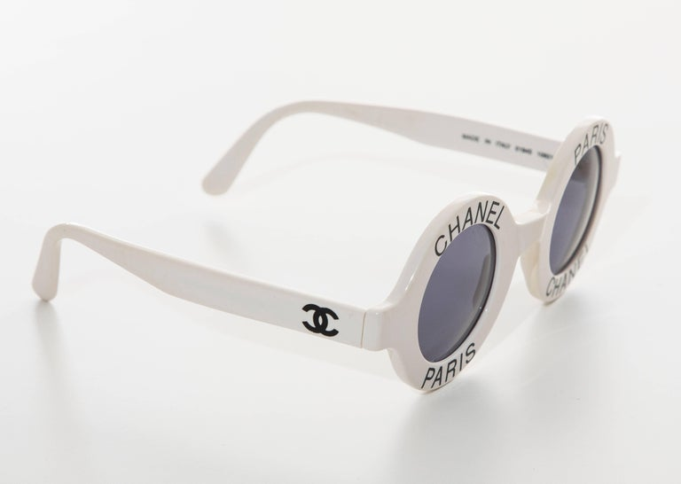 Chanel Runway Logo Round White Sunglasses With Tinted Lenses, Spring 1993 In Excellent Condition For Sale In Cincinnati, OH