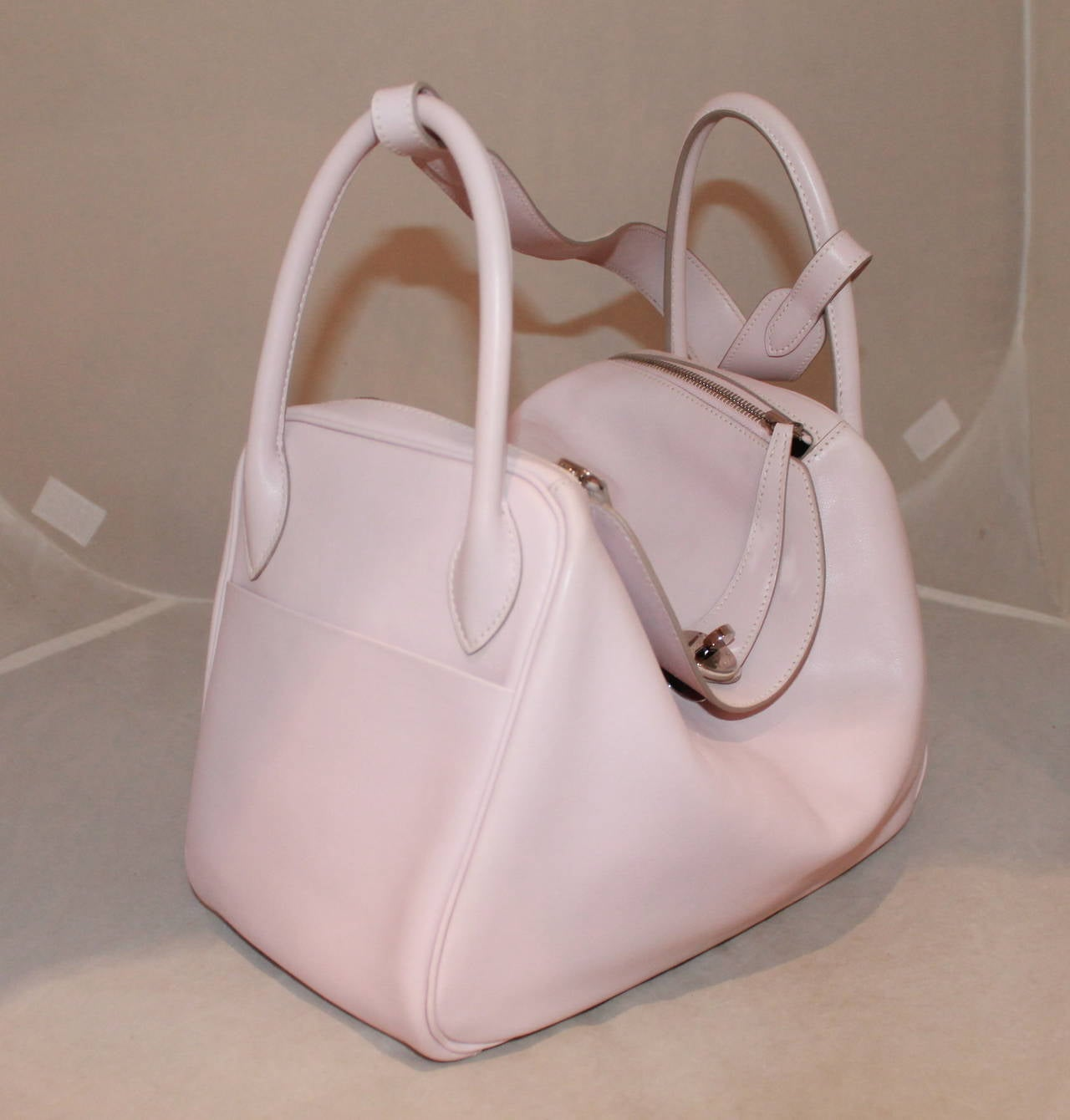 """Hermes Rose Dragee 30cm Lindy Veau Swift Handbag - circa 2007. This bag is in impeccable condition and comes with the box & duster.  Measurements: Length- 8"""" Width- 12"""" Depth- 6"""" Handle Drop- 12.5"""""""