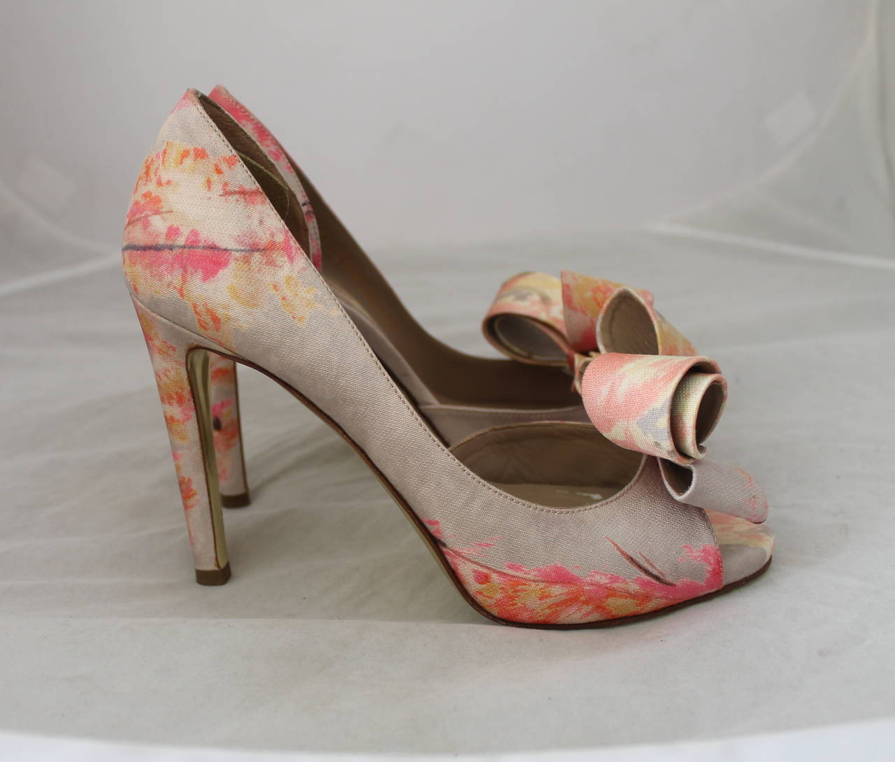 Valentino Tan & Pastel Pink Printed Bow Heels - 36 In Excellent Condition For Sale In Palm Beach, FL