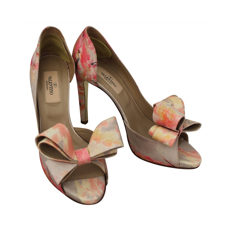 Valentino Tan & Pastel Pink Printed Bow Heels - 36 For Sale