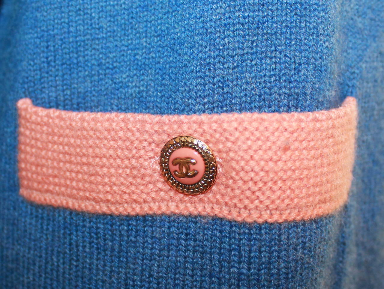Chanel 2007 Blue & Peach Cashmere Sweater - 46 In Excellent Condition For Sale In Palm Beach, FL