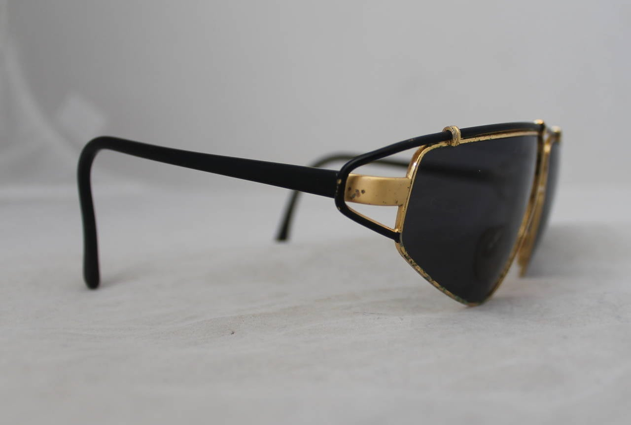 Versace 1980's Vintage Black & Gold Geometric Aviator Sunglasses In Fair Condition For Sale In Palm Beach, FL