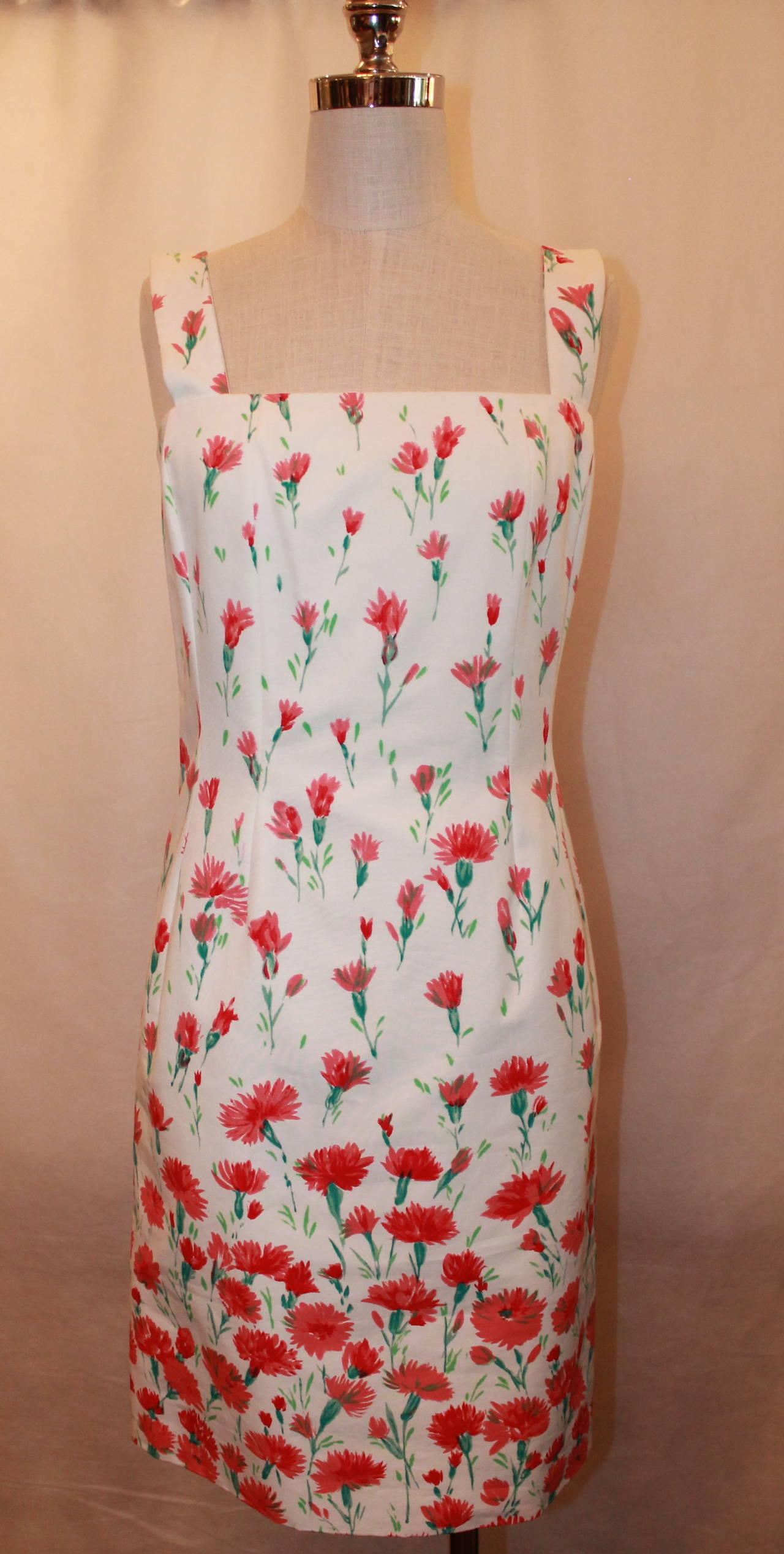 Oscar de la Renta White & Red Floral Print Cotton Dress - 6. This dress is in excellent condition and is around knee-length.   Measurements: Bust- 31