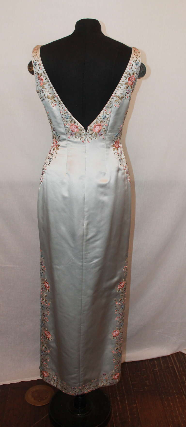 Unknown Grey Silk Flower Embroidered Gown - 6 In Excellent Condition For Sale In Palm Beach, FL