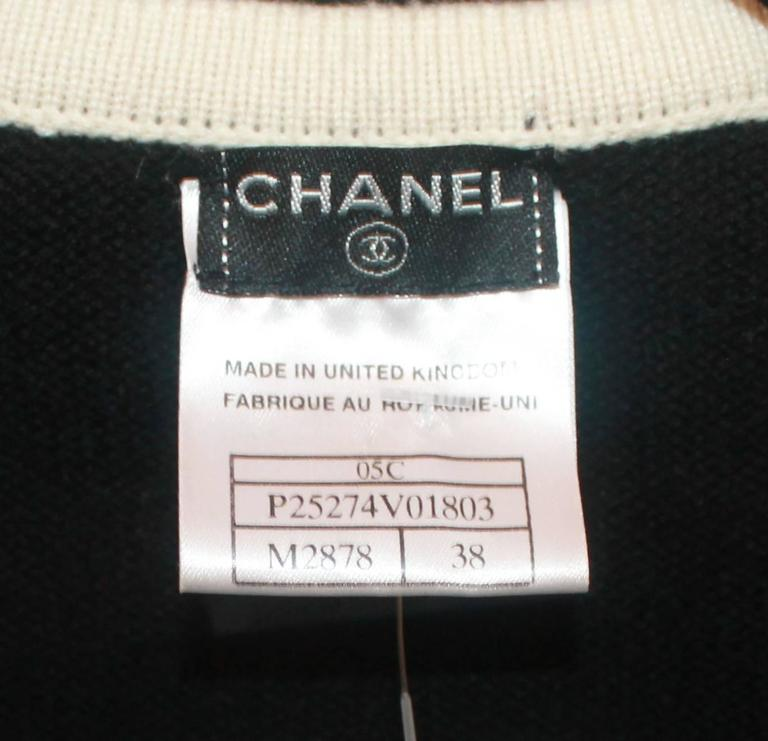 Chanel Black Cashmere Cardigan with Ivory Tweed Trim - 38 For Sale 2