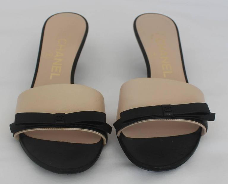 Beige Chanel Tan and Black Leather Kitten Heels with Black Bow and Heel Cutout - 36 For Sale