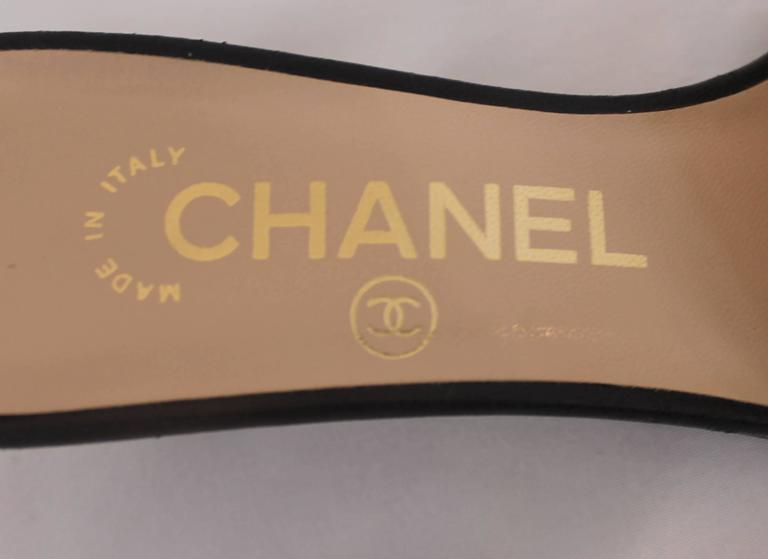 Women's Chanel Tan and Black Leather Kitten Heels with Black Bow and Heel Cutout - 36 For Sale