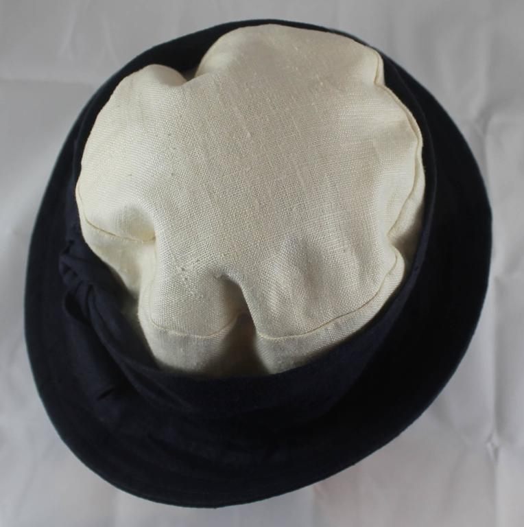Deborah Rhodes Collection Ivory & Navy Canvas Hat with Front Tie  In Good Condition For Sale In Palm Beach, FL