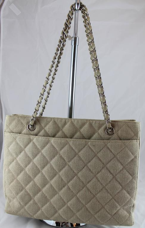 Chanel Beige Raffia Quilted Tote w/ Turnkey Lock & chain strap-SHW-circa 97 In Good Condition For Sale In Palm Beach, FL