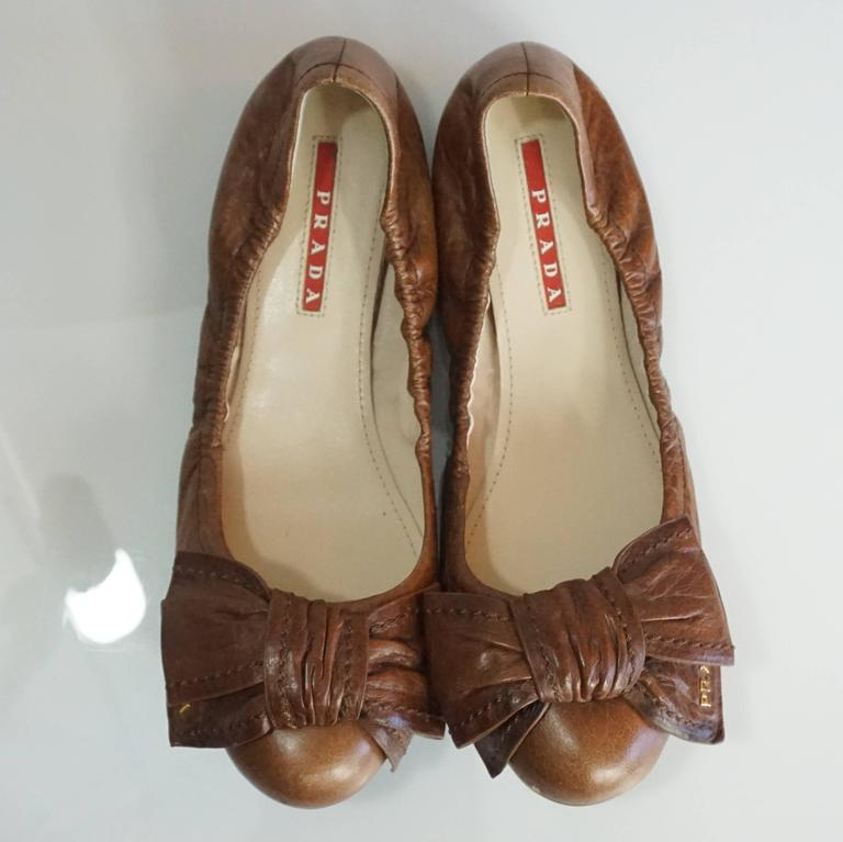 Prada Brown Leather Scrunch Ballet Flats with Bow - 35 In Good Condition For Sale In Palm Beach, FL