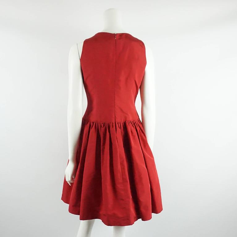 Oscar de la Renta Red Silk Taffeta Dress with Rose Detail - 6 In Excellent Condition For Sale In Palm Beach, FL