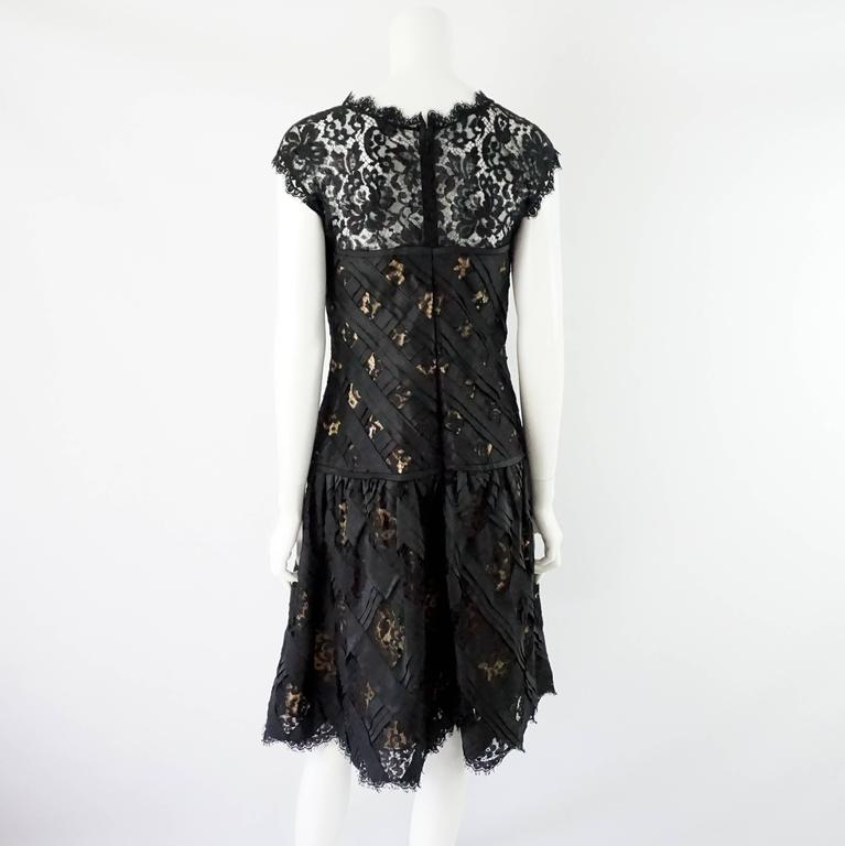 Oscar de la Renta Black and Beige Lace and Taffeta Crisscross Dress - 10 In Excellent Condition For Sale In Palm Beach, FL