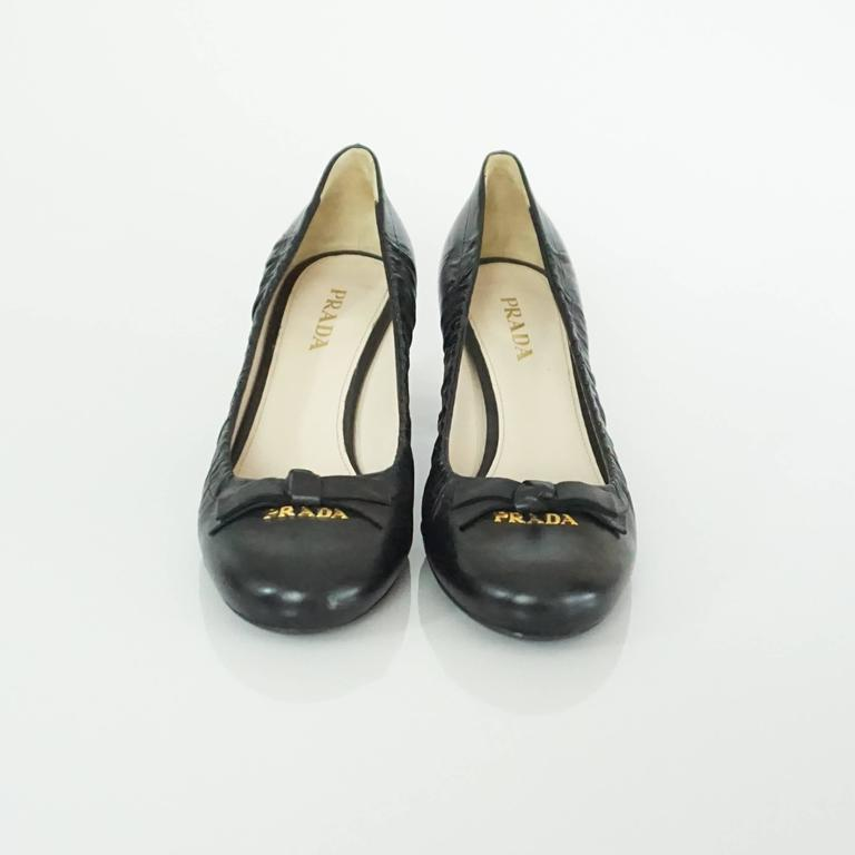 Prada Black Leather Pumps with Block Heels - 39.5 In Excellent Condition For Sale In Palm Beach, FL
