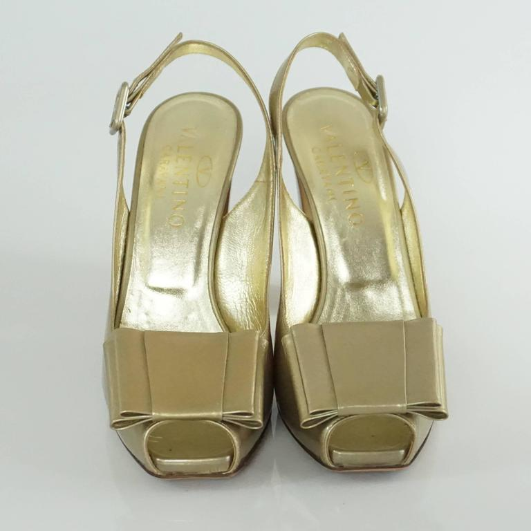 Valentino Gold Patent Slingbacks with Bow and Chunky Heel - 36.5  In Excellent Condition For Sale In Palm Beach, FL