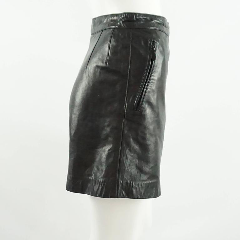 """These Escada by Margaretha Ley black leather shorts are high waisted. On the sides, there are 2 zippered pockets. These shorts are in very good condition with light wear. Circa 1980's. 38.   Measurements Waist: 26.5"""" Hips: 34"""" Length: 16.5"""" Inseam:"""