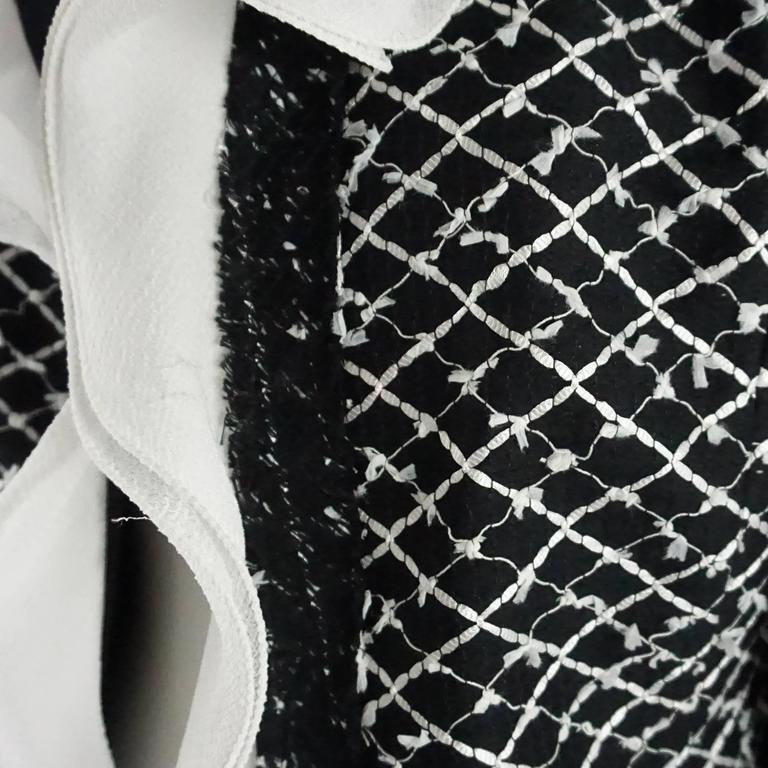 Women's Oscar de la Renta Black and White Tweed Jacket - 10 For Sale