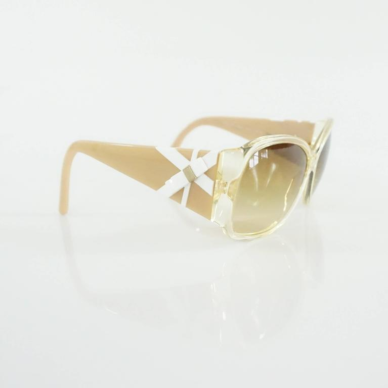 Versace Beige with White and Gold Bow Detailing Sunglasses In Excellent Condition For Sale In Palm Beach, FL