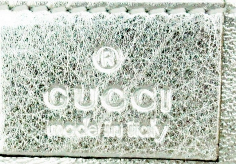 Gucci Silver Metallic Leather Clutch with Gold Emblem For Sale 2