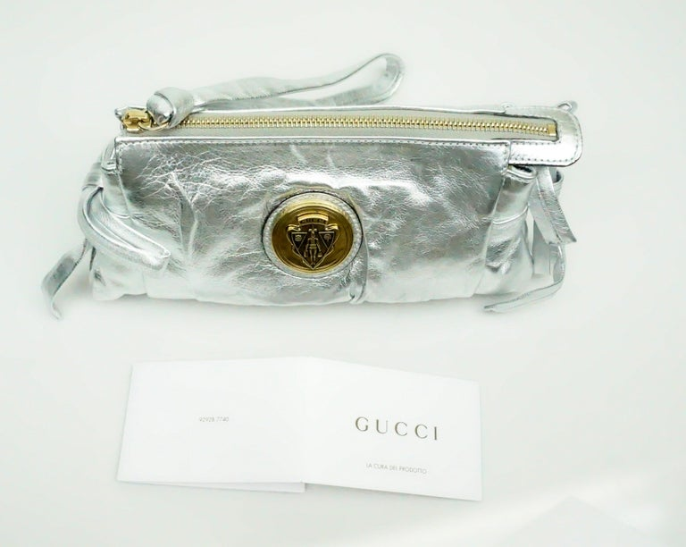 Gucci Silver Metallic Leather Clutch with Gold Emblem For Sale 3