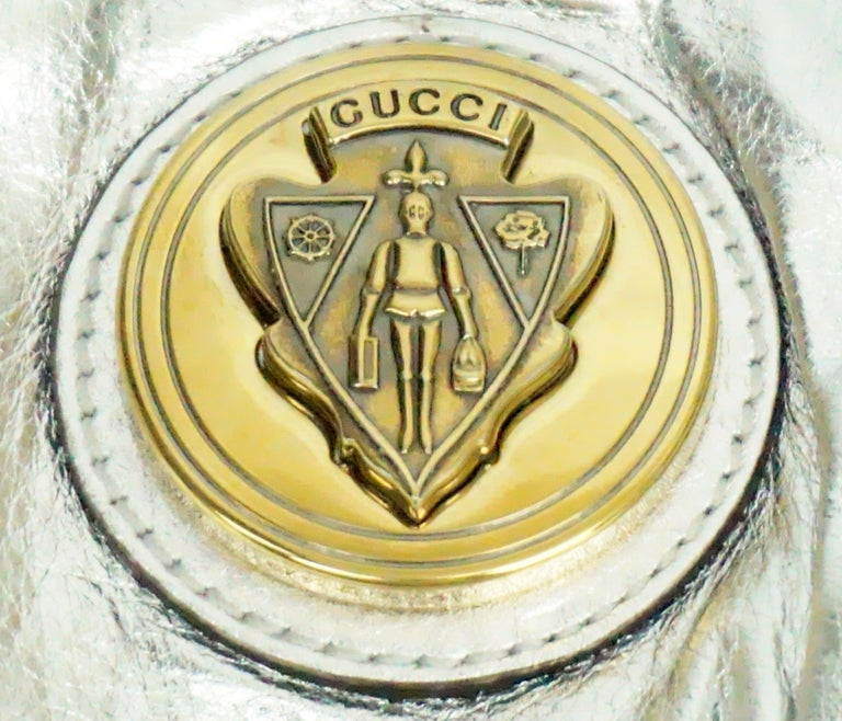 Gucci Silver Metallic Leather Clutch with Gold Emblem For Sale 4