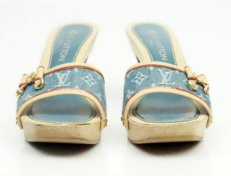 Louis Vuitton Denim Printed Slides - 37 In Excellent Condition For Sale In Palm Beach, FL