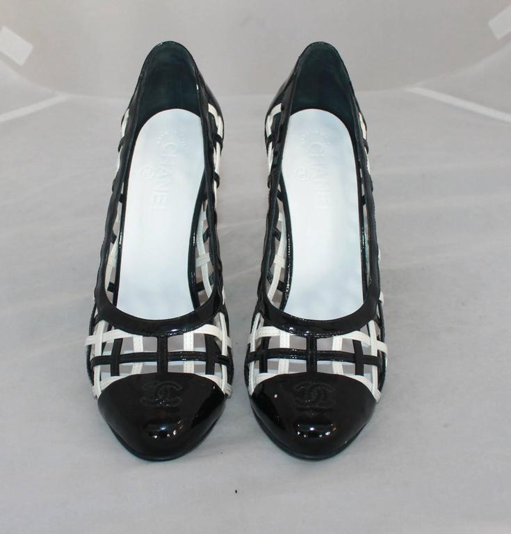 Chanel Black & White Patent Crisscross Pumps w/ Black Toe - 40.5 In Excellent Condition For Sale In Palm Beach, FL