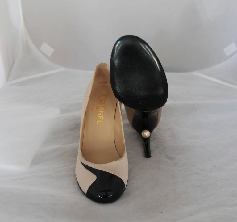 Women's Chanel Champagne & Black Satin & Patent Pumps w/ Geometric Design - 38.5 For Sale