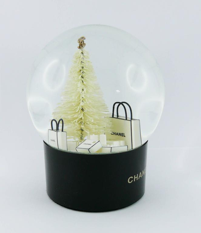 CHANEL VIP Christmas gift snow dome.  Unused condition with minor flaws (still with plastic protection at the base, just removed for photos) and original packaging (used).  Indicative measurements : height approx. 13 cm (5.12 inches) / base diameter