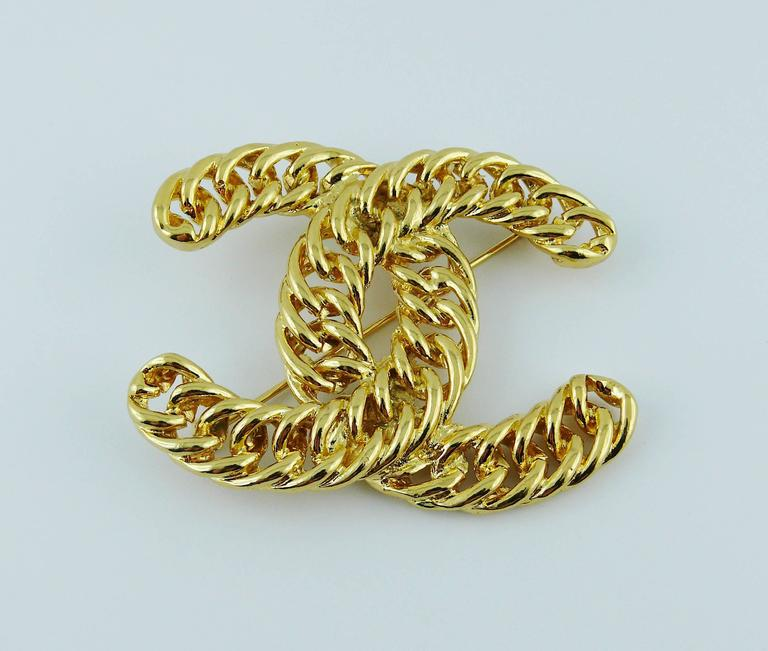 Chanel Vintage Massive Iconic Gold Toned Curb Chain Logo Brooch In Excellent Condition For Sale In French Riviera, FR