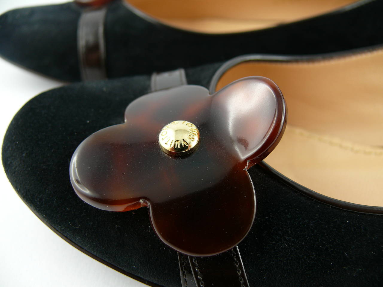 LOUIS VUITTON black suede ballet flat embellished with a large tortoise-like resin flower.  Estimated retail price : 500 US$.  Marked LOUIS VUITTON Paris. Reference BR 0054. Sole stamp : LV 34 1/2 Made in Italy.  Marked size (italian): 34