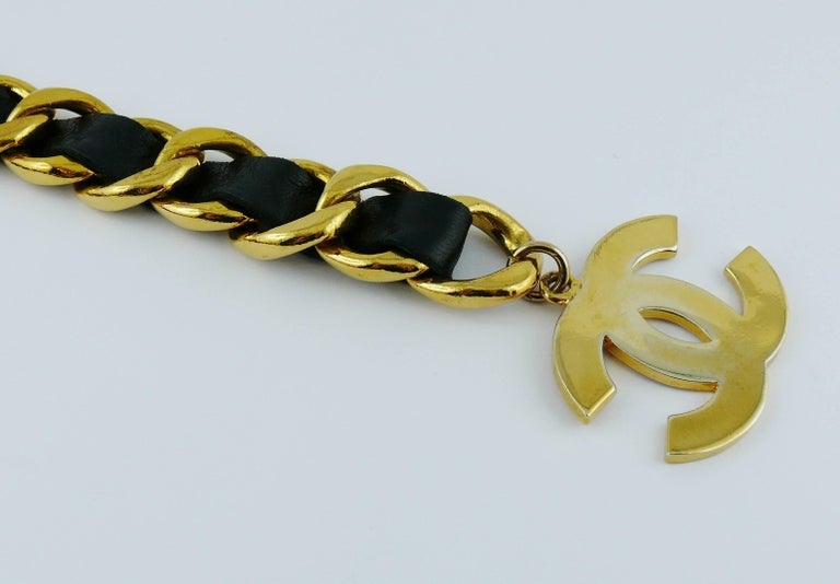Chanel Vintage 1993 Iconic Gold Toned Chain and Leather Belt with Large CC Logos In Good Condition For Sale In French Riviera, Cote d'Azur