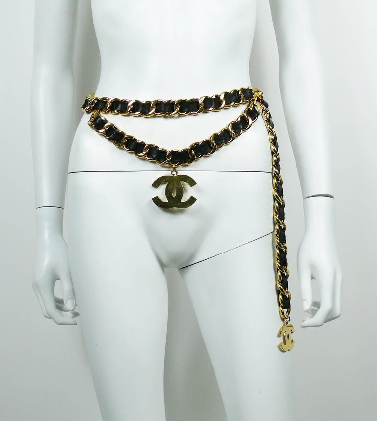 CHANEL vintage iconic chunky gold toned chain belt with intertwined black leather and large CC logos.  Collection 28. Year : 1993.  One size fits all. Adjustable length. Hook clasp.  Marked CHANEL 2 8 Made in France.  Indicative measurements : total