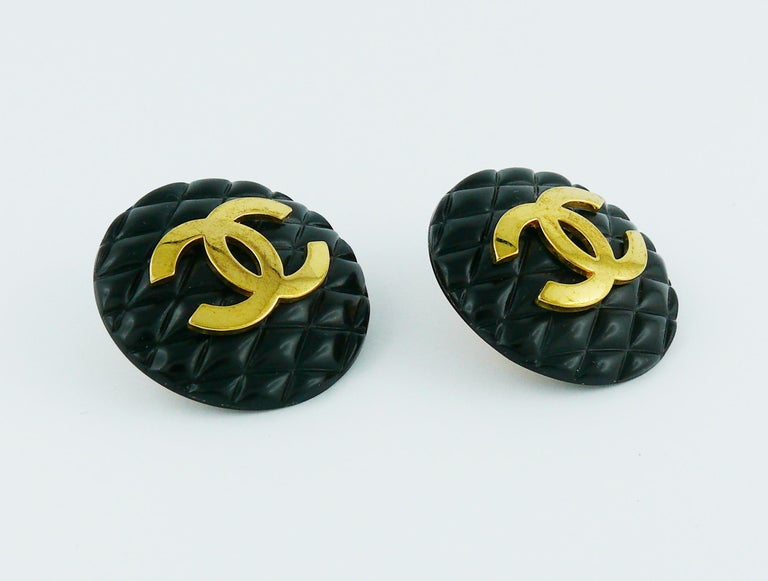 Chanel Vintage 1994 Large Black Quilted Logo Clip-On Earrings In Good Condition For Sale In French Riviera, Cote d'Azur