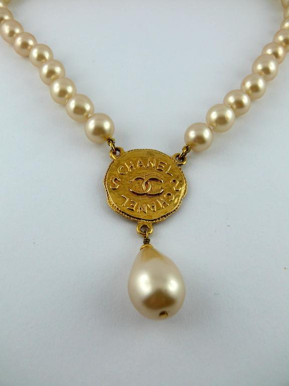 Chanel Vintage Pearl Necklace with CC Logo Coin Fall 1994 In Excellent Condition For Sale In French Riviera, Cote d'Azur