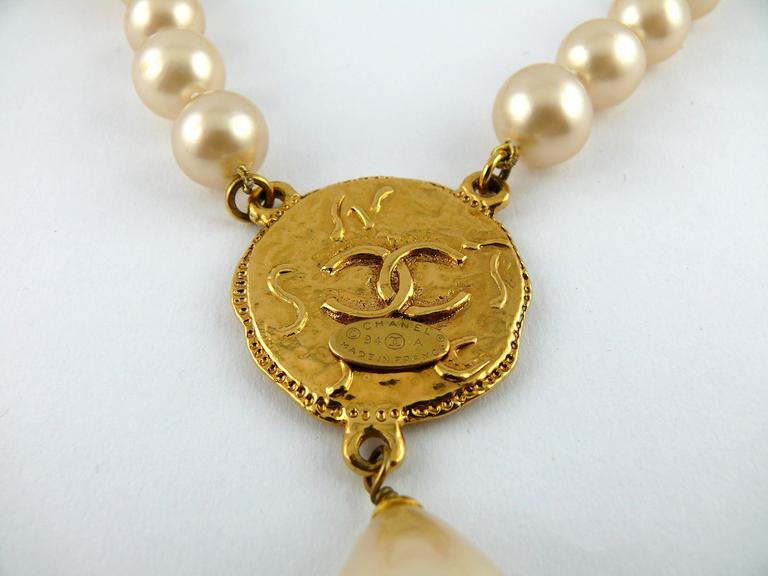 Chanel Vintage Pearl Necklace with CC Logo Coin Fall 1994 For Sale 2