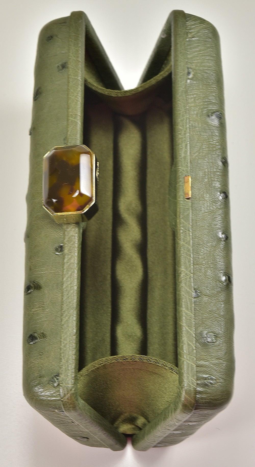 Classic Oscar de la Renta Ostrich Clutch In Excellent Condition For Sale In Teaneck, NJ