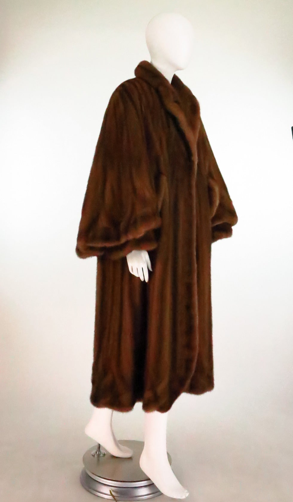 1950s Deep cape back mink coat with scalloped hem In Excellent Condition For Sale In West Palm Beach, FL