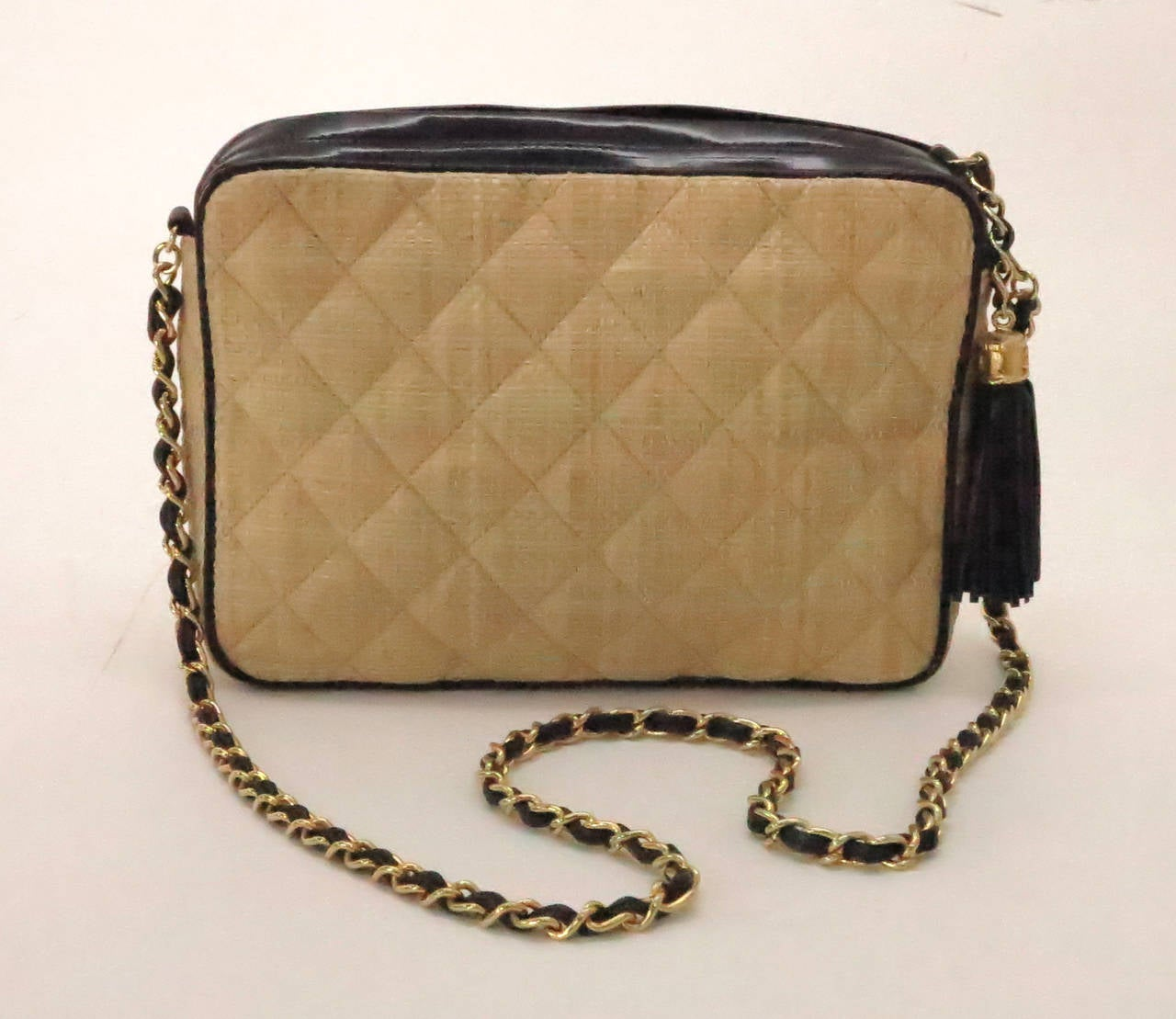 Vintage Chanel quilted raffia & patent leather camera bag In Excellent Condition For Sale In West Palm Beach, FL
