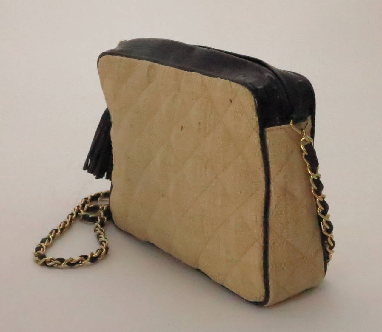 Women's Vintage Chanel quilted raffia & patent leather camera bag For Sale