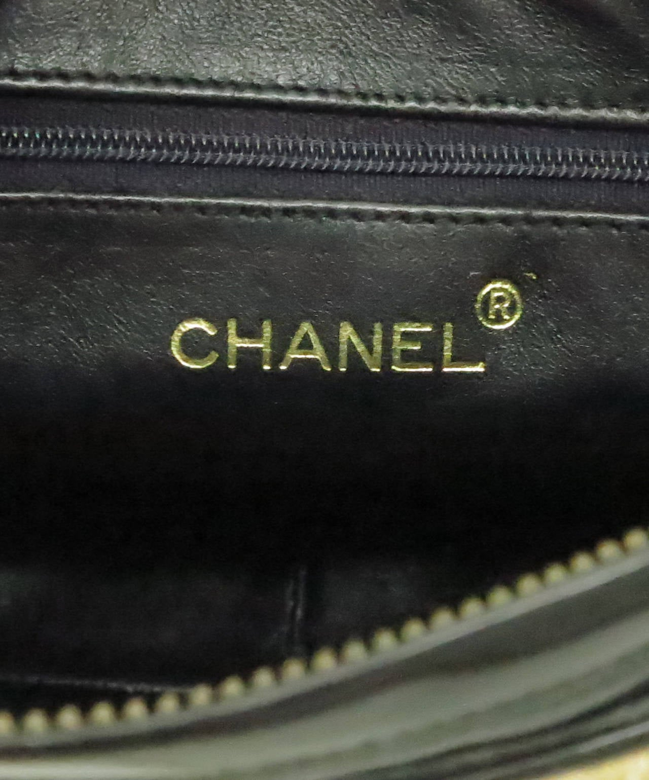 Vintage Chanel quilted raffia & patent leather camera bag For Sale 2
