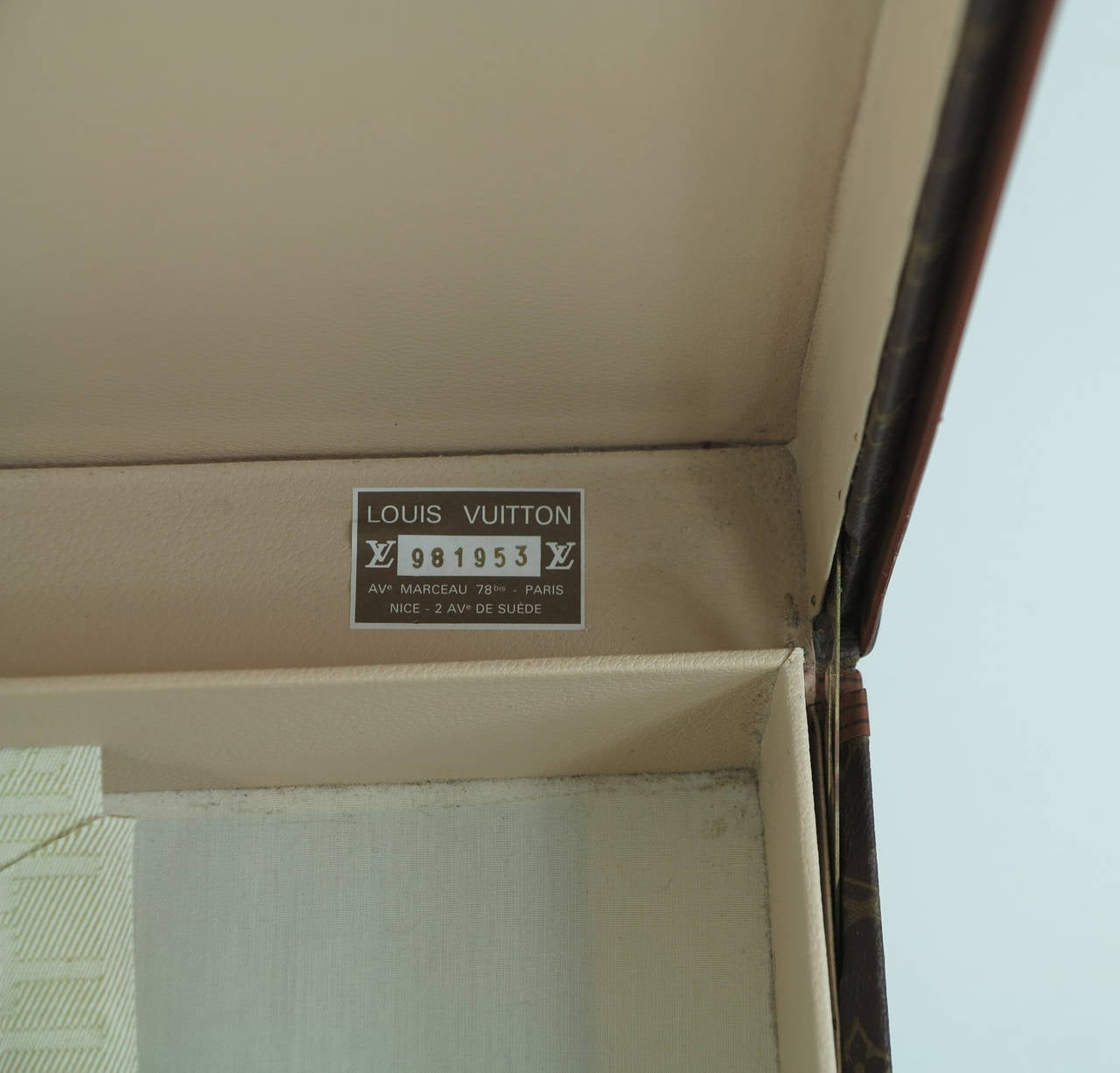 Louis Vuitton Alzar 80 monogram hardside suitcase/trunk 8