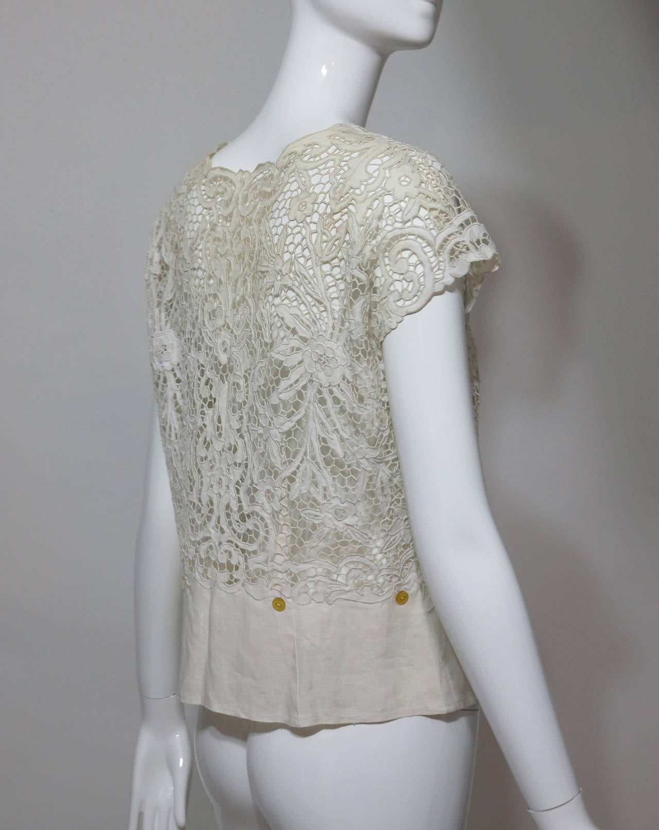 Madeira handmade cut work lace embroidered blouse in off white 1950s In Excellent Condition For Sale In West Palm Beach, FL