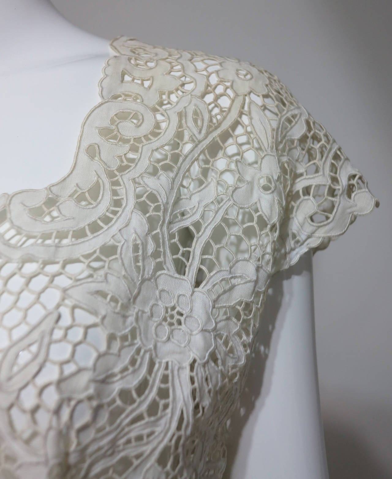 Madeira handmade cut work lace embroidered blouse in off white 1950s For Sale 4